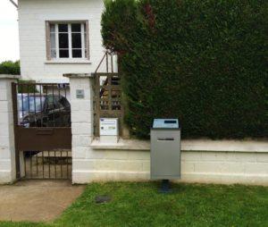 Vrijstaande slimme brievenbus voor een wit huis